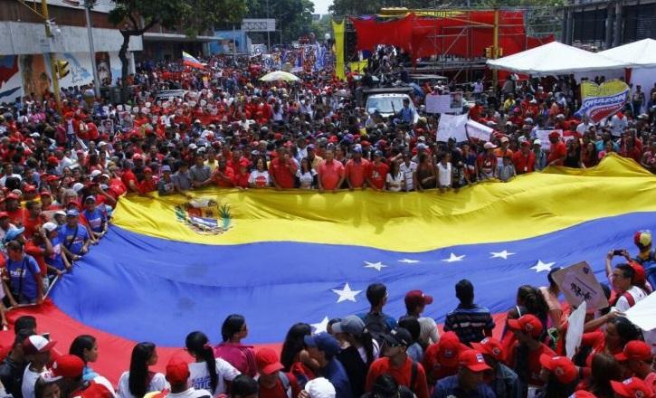 Oficialistas venezolanos marchan en Caracas en rechazo a las posibles sanciones que podría aplicar la OEA al gobierno de Maduro (Foto: vicepresidencia.gob.v