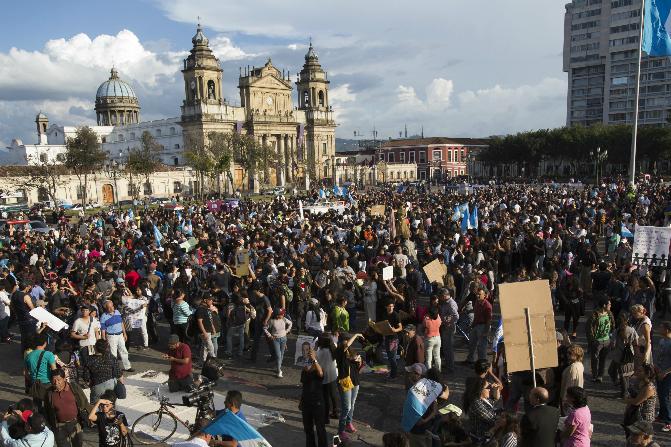 Decenas de manifestantes pidieron este sábado la renuncia del presidente guatemalteco, Jimmy Morales (AP)