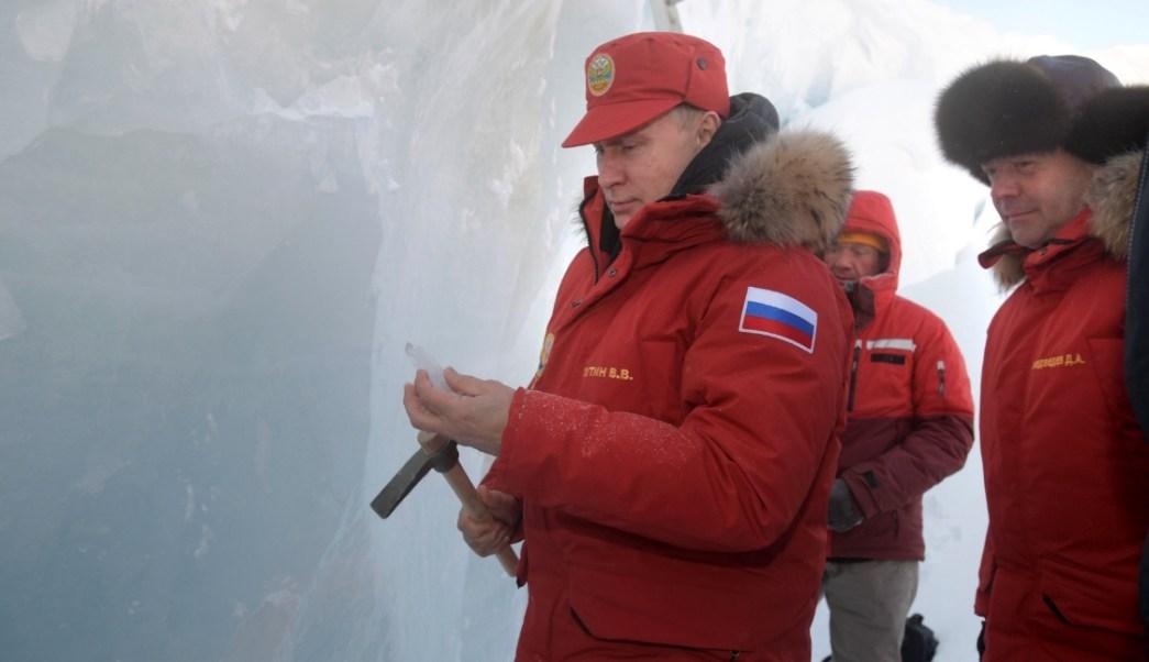 El presidente ruso Vladimir Putin y el primer ministro Dmitry Medvedev visitan la cueva del glaciar Arctic Pilots en Alexandra Land (Reuters)