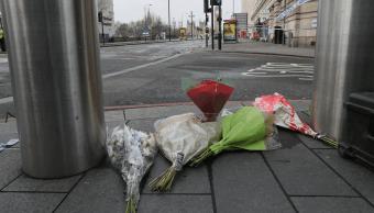 Ramos de flores fueron colocados por algunos ciudadanos en la zona donde ocurrió el ataque en Londres. (AP)