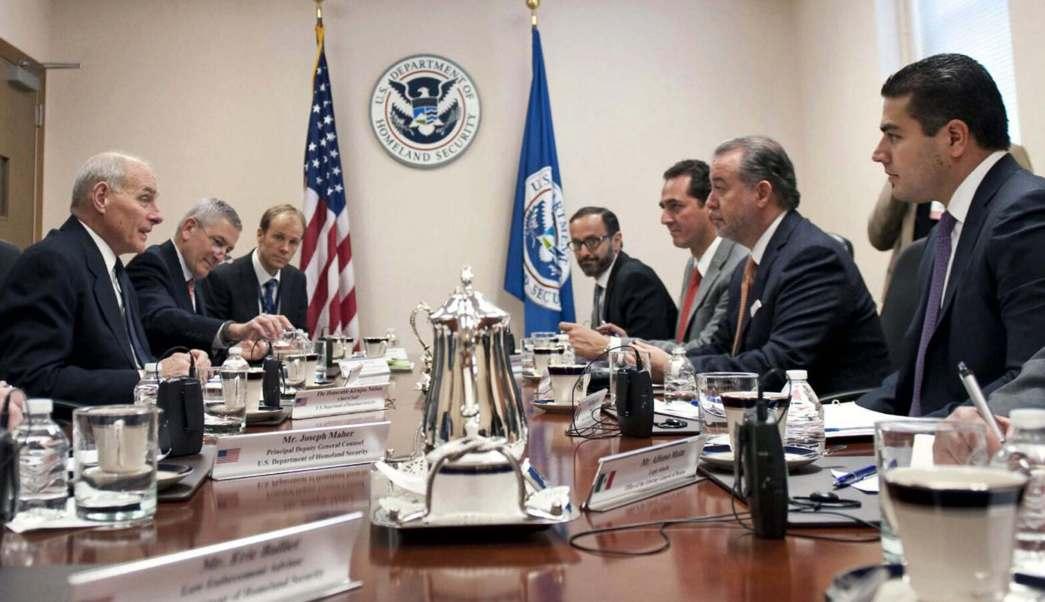 El procurador general de la República, Raúl Cervantes, durante una reunión con funcionarios estadounidenses. (PGR)