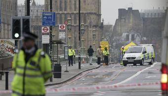 La Policía trabaja en el lugar del atentado. (AP)