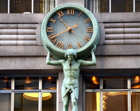 Estatua de Atlas cargando un reloj en Nueva York; los estadounidenses deben adelantar sus relojes para acoplarse al horario de verano (Getty Images, archivo)