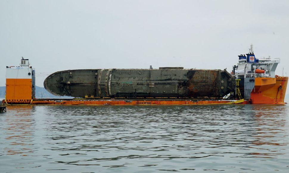 Rescatistas de Corea del Sur lograron sacar a flote el ferry Sewol.