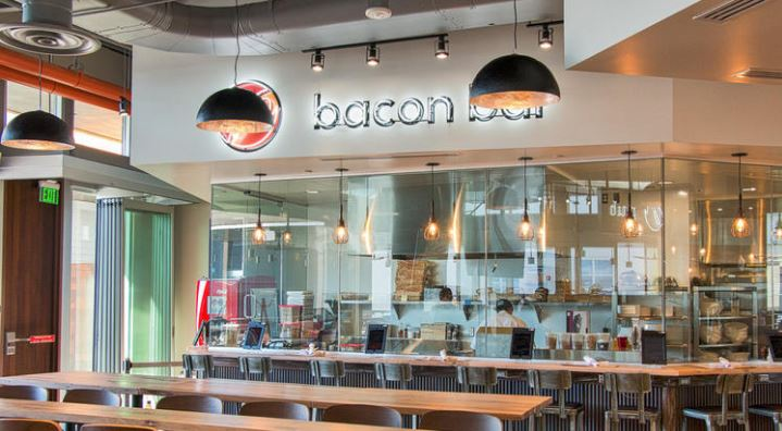 El restaurante Saint Marc en Huntington Beach despidió al mesero (Loa Angeles Times)