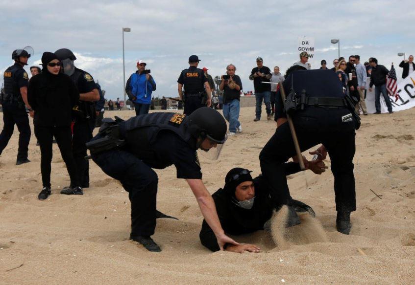 Simpatizantes y opositores a Donald Trump sostienen riña en playa de California
