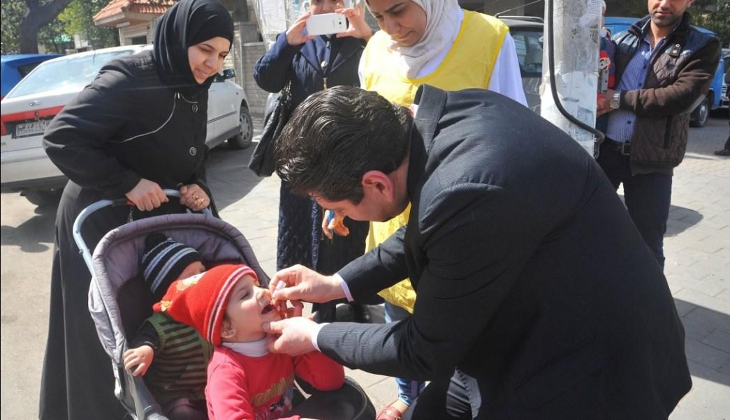 Autoridades en Siria participan en la semana de vacunación contra la polio; esperan vacunar a 2.7 millones de niños durante la campaña (Twitter @maytham956)