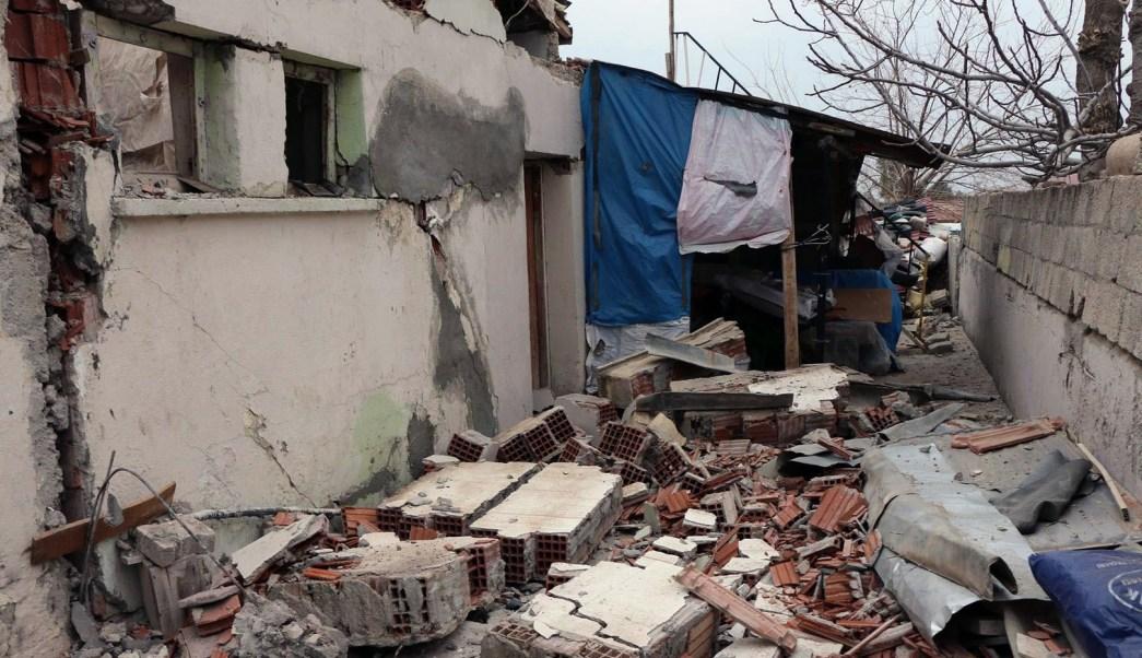 Sismo de magnitud preliminar de 5.5 se siente al sureste de Turquía; provoca daños en edificios y deja cinco heridos. (AP)