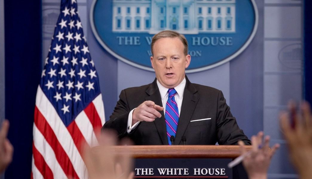 El vocero de la Casa Blanca, Sean Spicer, toma una pregunta de los medios durante la rueda de prensa diaria (AP)