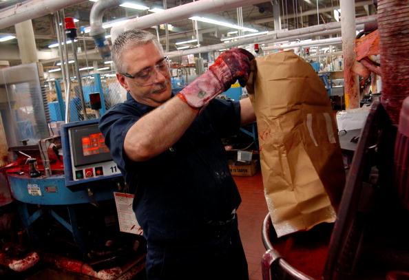 Obrero de Estados Unidos en una fábrica de crayolas; las solicitudes de apoyo por desempleo en Estados Unidos bajan menos de lo previsto (Getty Images, archivo)
