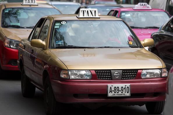 La Secretaría de Movilidad de la Ciudad de México tiene más de siete años sin reponer las matrículas perdidas o robadas de casi ocho mil trabajadores del volante. (Getty images, archivo)