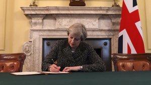 Theresa May firma la carta de activación del artículo 50 del Tratado de Lisboa.