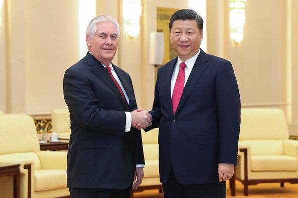 China se alista para contrarrestar las sanciones comerciales que aplique Estados Unidos, incluso mientras esperan negociaciones comerciales. Rex Tillerson, secretario de Estado de Estados Unidos, se reunió recientemente con el presidente chino, Xi Jinping. (Getty Images)