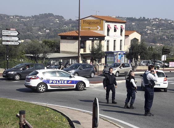 Los policías llegan al Instituto tras el ataque de un estudiante de la secundaria en Grasse, al sur de Francia. (AP)