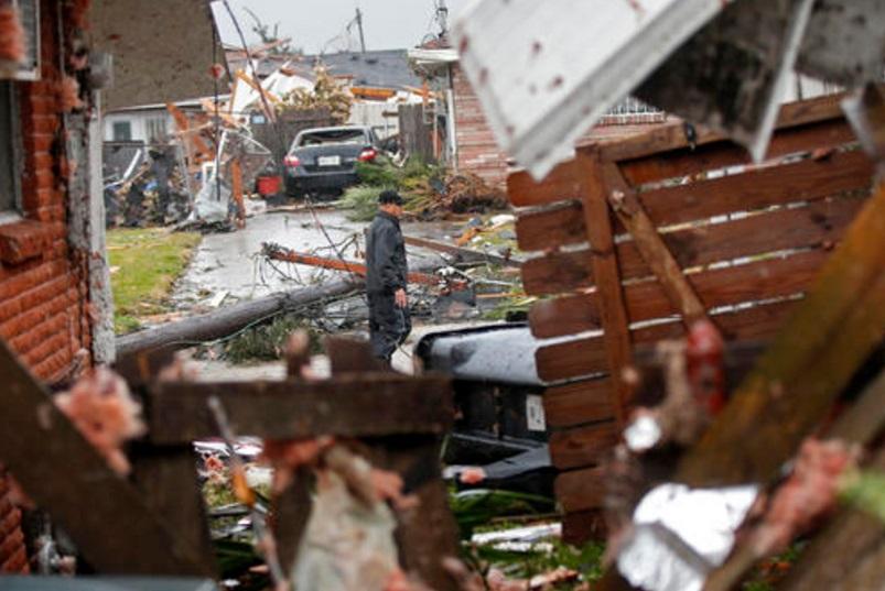 Un hombre camina entre casas destruidas tras el paso de tormentas en New Orleans, Estados Unidos (AP)
