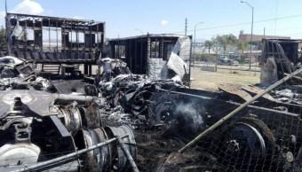 Un incendio en Guanajuato consumió por completo toneladas de desechos plásticos y más de 15 tractocamiones que estaban en el taller mecánico (Twitter @tv4guanajuato)