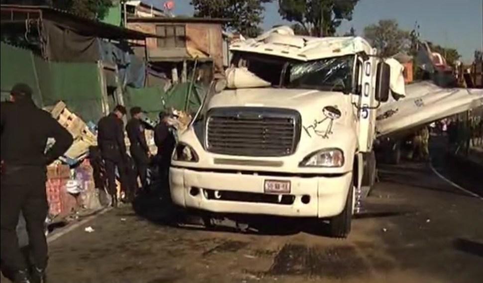 Bomberos y policías de la Ciudad de México atienden accidente en la salida a Cuernavaca (Twitter @NTelevisa_com)