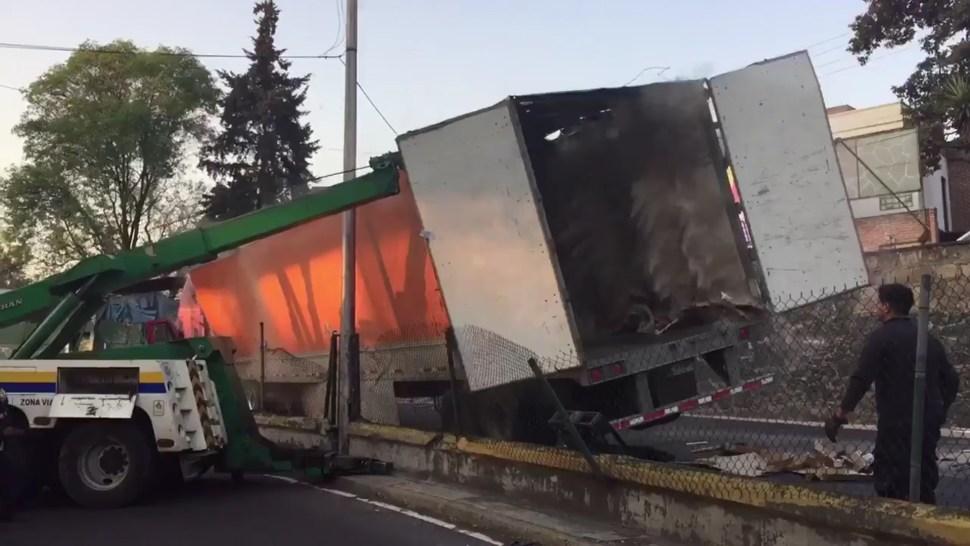 Tráiler con maquinaria vuelca sobre la salida a Cuernavaca; un vehículo cargado con abarrotes se accidentó en la misma zona esta semana (Twitter @jorgegonzalez00)