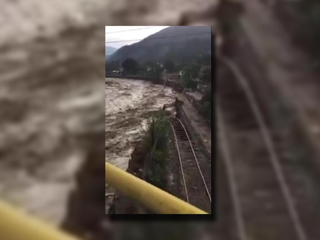 Vías del tren afectadas por las fuertes lluvias en Chosica, Perú (Twitter @oviingemmet)