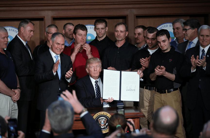 El presidente de Estados Unidos, Donald Trump, sostiene una orden ejecutiva que elimina las regulaciones del cambio climático de la era Obama (Reuters)