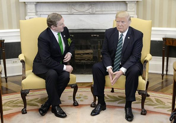 El presidente estadounidense Donald Trump celebra una reunión bilateral con el primer ministro de Irlanda, Enda Kenny (Getty Images)