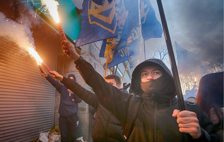 Activistas protestan frente a las oficinas de un banco ruso en Kiev; las autoridades de la Unión Europea prorrogan las sanciones contra Rusia por el conflicto en Ucrania (AP)