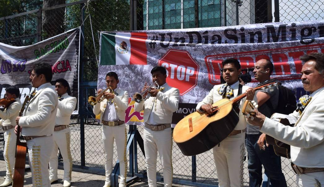 Un grupo de mariachis cantó el himno de Estados Unidos en la Ciudad de México.