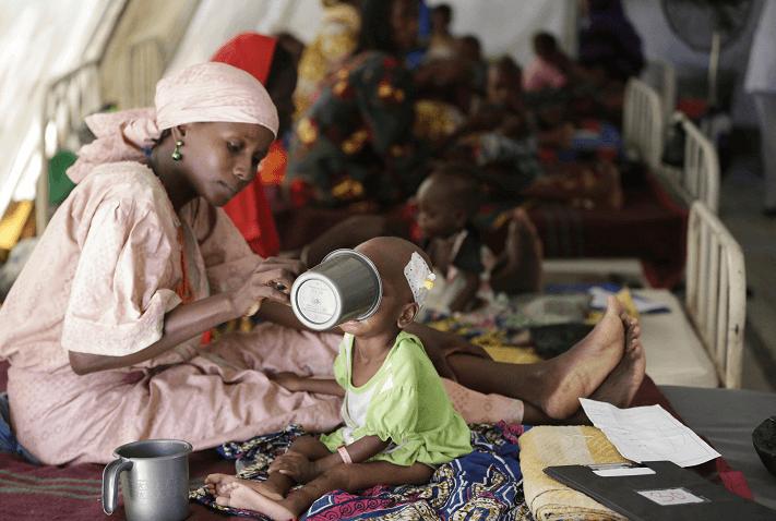 Una mujer alimenta a su hijo que sufre de desnutrición, en un un centro de alimentación dirigido por Médicos sin Fronteras en Maiduguri, Nigeria. (AP, archivo)