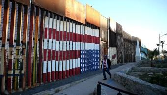 Una valla divide la frontera entre México y Estados Unidos.