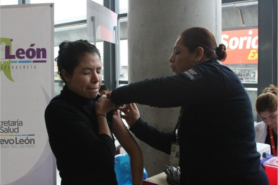 Aplican a una mujer la vacuna contra la influenza (NTX, archivo)