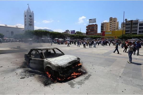 Tras quemar el automóvil, los manifestantes se retiraron. (Twitter @juanelo_28)