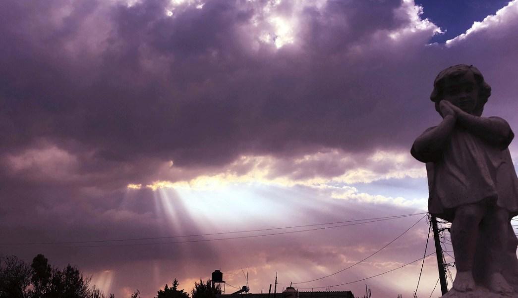 Los vientos que azotan en el Estado de México dejan ver diferentes tonalidades de cielo (Notimex)