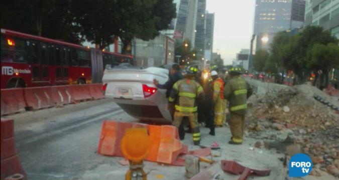 Vuelca vehículo en avenida Insurgentes en la CDMX . (Noticieros Televisa)