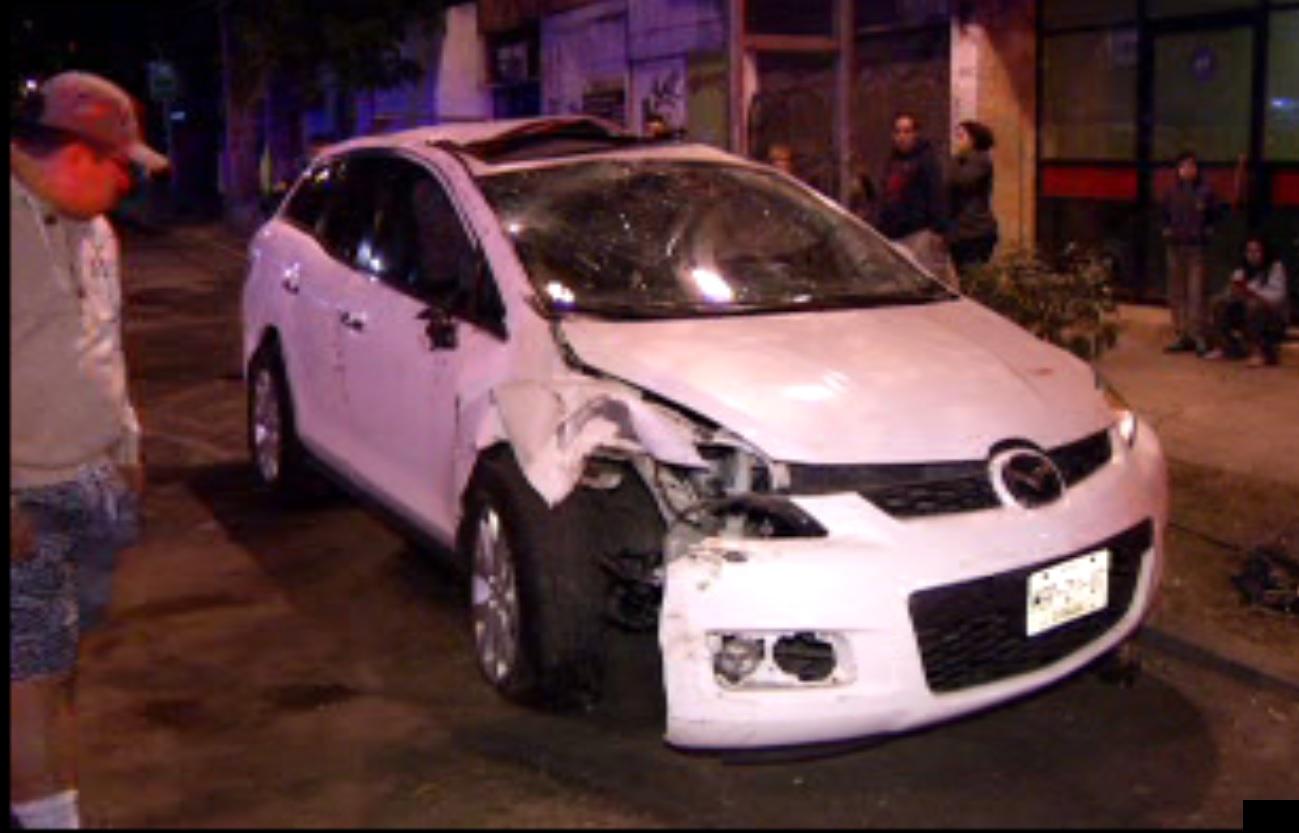 Camioneta que vuelca en su costado tras evadir a otro vehículo sobre Municipio Libre, en la colonia Portales; no se registran lesionados (Noticieros Televisa)