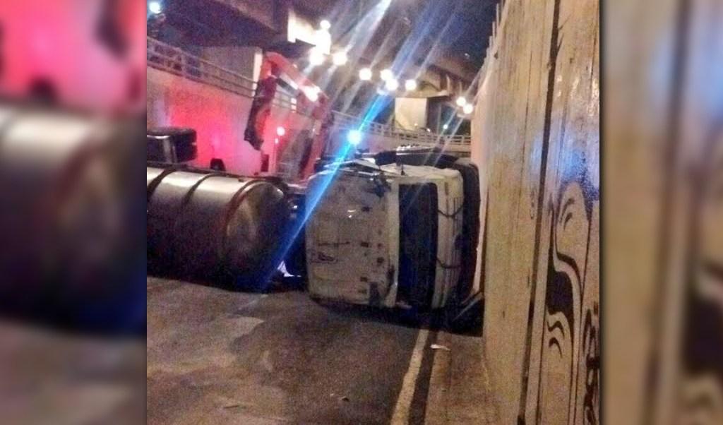 Pipa con agua vuelca en el bajo puente de calzada Zaragoza y Viaducto Miguel Alemán; el chofer resulta lesionado (Twitter @Iberomed)