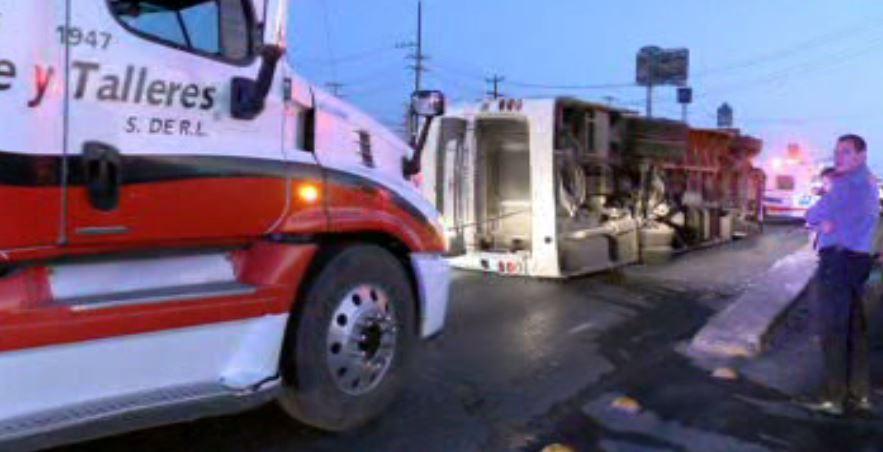 Vuelca camión de transporte de personal en Monterrey. (Noticieros Televisa)