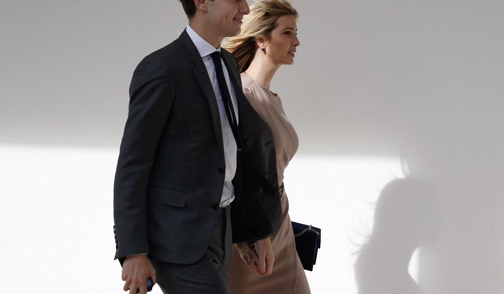 Jared Kushner, yerno del presidente de EU, camina con su esposa Ivanka Trump (AP)