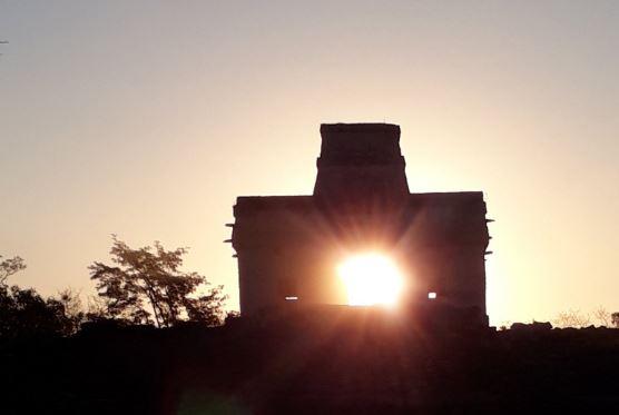 A las seis de la mañana, el sol quedó en el centro del edificio para formar el rostro del Dios Chaac (Twitter/@CulturYucatan)