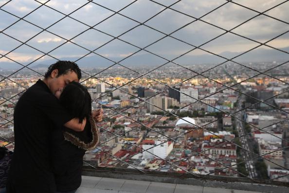 Una pareja se besa en el mirador de la Torre Latino, en el Centro de la Ciudad de México. (Getty Images, archivo)