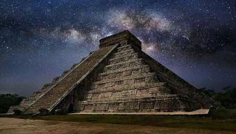 Kukulcán, la serpiente emplumada, dios maya, recorre la fachada de Norte de la pirámide de Chichén-Itzá, en Yucatán, ante la luz de la Luna llena. (Twitter@TemplePlaces)