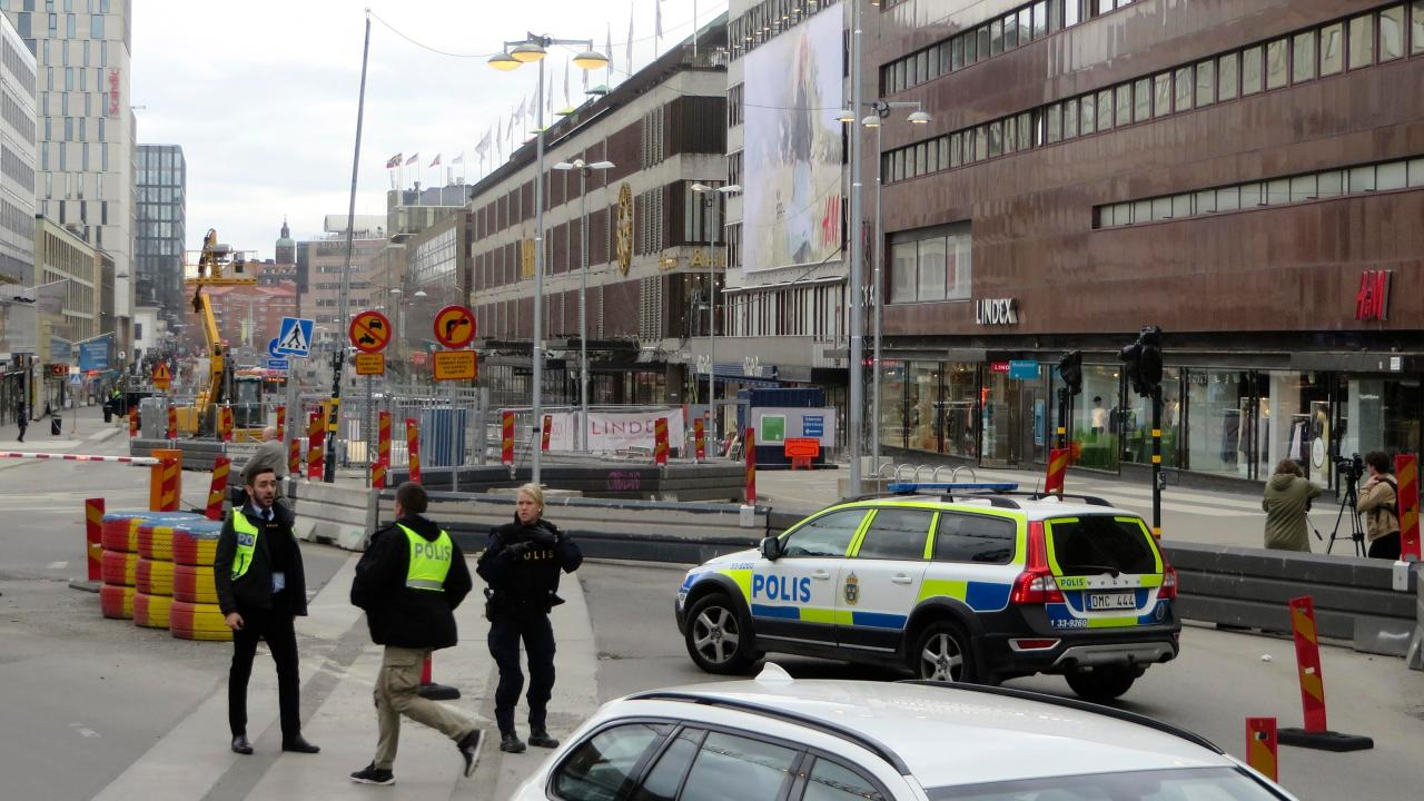 Los agentes de Policía resguardan el centro de la ciudad en Estocolmo, Suecia. (Reuters}