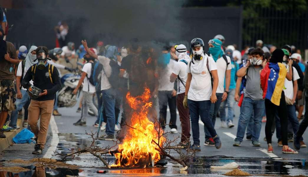 24 personas han muerto en casi un mes de protestas contra el presidente de Venezuela, Nicolás Maduro.