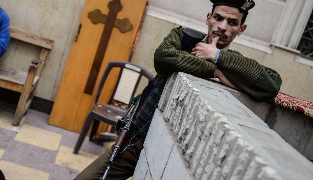 Un soldado hace guardia en la iglesia de Mar Girgis tras una explosión provocada por una bomba, al norte de El Cairo, Egipto