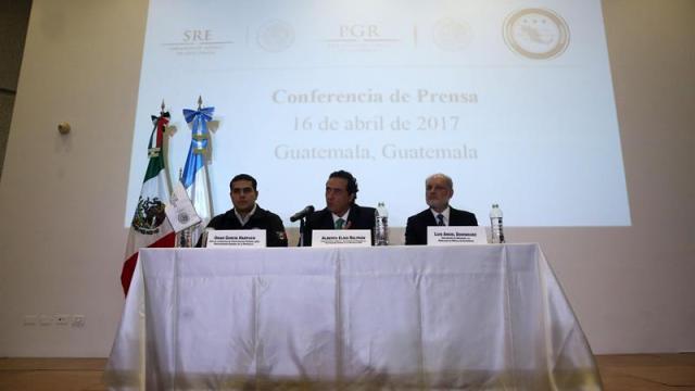 Funcionarios de la PGR durante una conferencia de prensa en Guatemala para dar detalles sobre la detención de Javier Duarte (EFE)