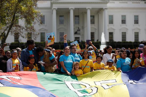 Los manifestantes cantan durante la manifestación afuera de la Casa Blanca, en Washington. (Getty Images)