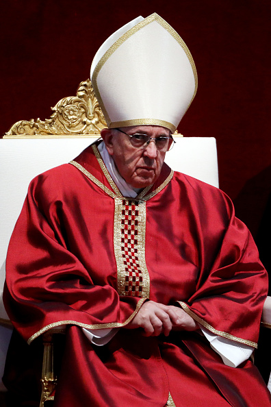 El Papa Francisco asiste a la Celebración de la Pasión del Señor en la Basílica de San Pedro en la Ciudad del Vaticano. (Getty Images)