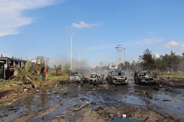 Fotografía que muestra los coches dañados tras un atentado con coche bomba contra un convoy de evacuados sirios. (Getty Images)