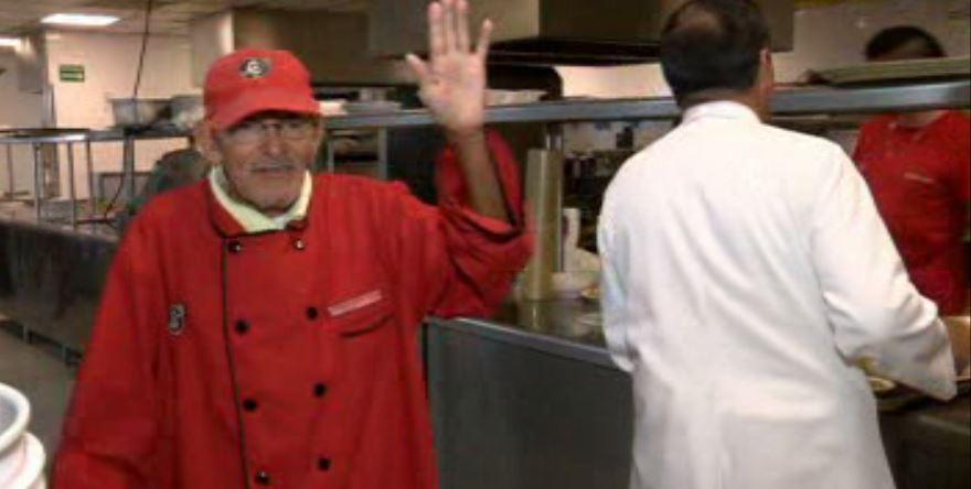 Don Ángel tiene 93 años y continúa trabajando en un restaurante de Veracruz (Noticieros Televisa)