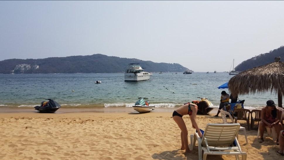 Vacacionistas disfrutan de las playas de Acapulco, Guerrero; las autoridades alertan de una ola de calor (Twitter @barbiefitness30)