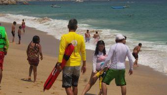 Vacacionistas aprovechan últimos días de vacaciones en playas de Acapulco